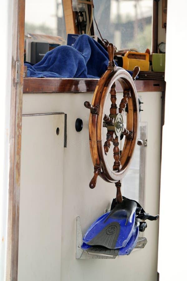 Dentro de um barco dos mergulhadores da esponja foto de stock royalty free