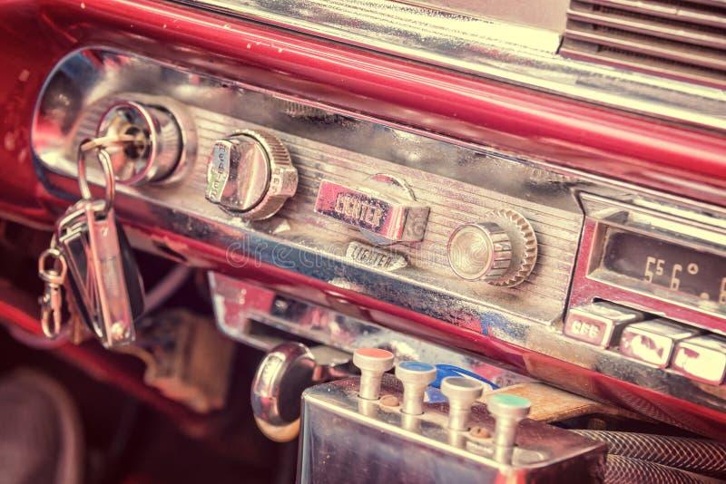 Dentro de um carro americano clássico do vintage em Cuba foto de stock