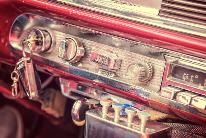 Dentro de um carro americano clássico do vintage em Cuba imagem de stock