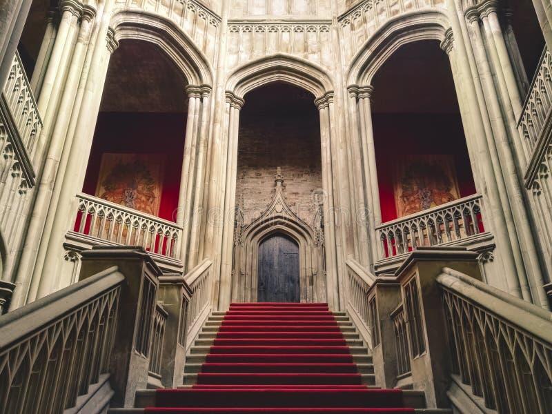 Dentro de um castelo velho assustador imagens de stock royalty free