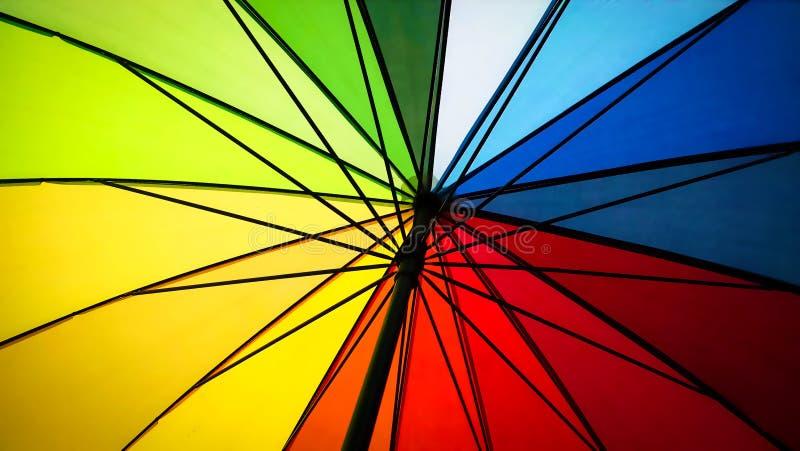 Dentro de um guarda-chuva colorido arco-íris imagens de stock royalty free