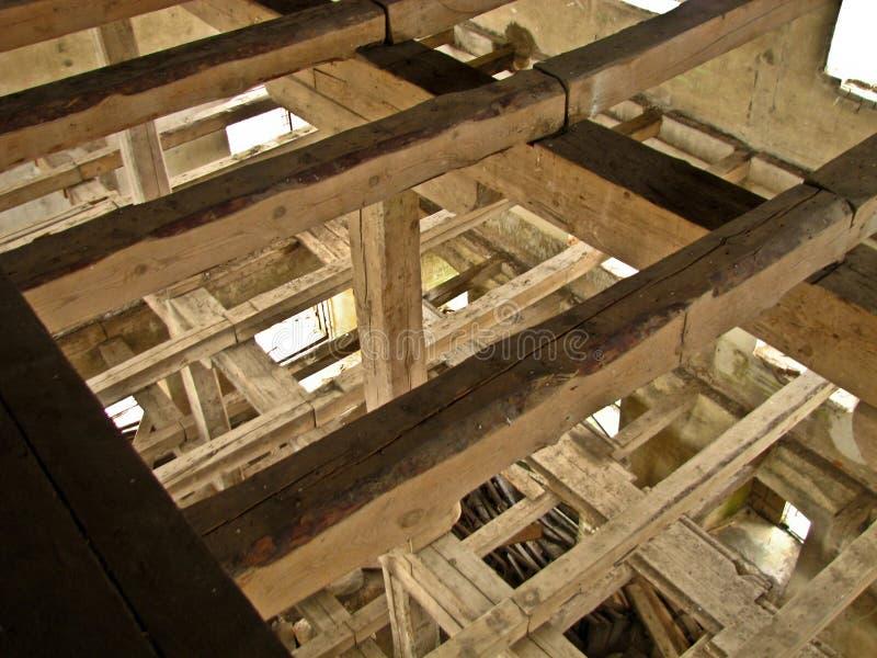 Dentro de um moinho de água arruinado velho fotografia de stock