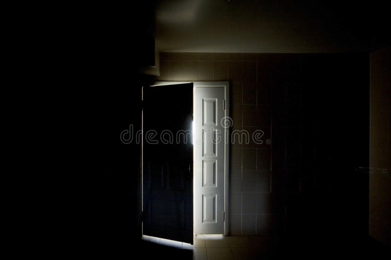 Dentro de um quarto escuro imagens de stock royalty free