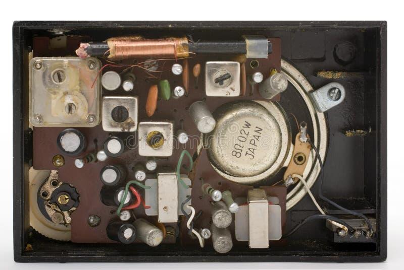 Dentro de um rádio preto velho do bolso fotos de stock