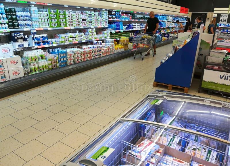 Dentro de um supermercado de Lidl fotos de stock royalty free