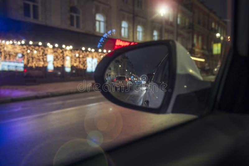 Dentro de um táxi que conduz através da cidade na noite fotografia de stock