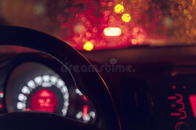 Dentro de um t?xi que conduz atrav?s da cidade na noite fotos de stock