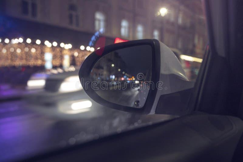 Dentro de um t?xi que conduz atrav?s da cidade na noite foto de stock
