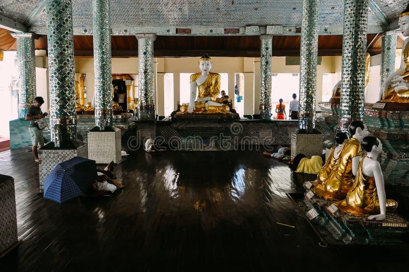 Dentro de um templo pequeno no pagode de Shwedagon foto de stock royalty free