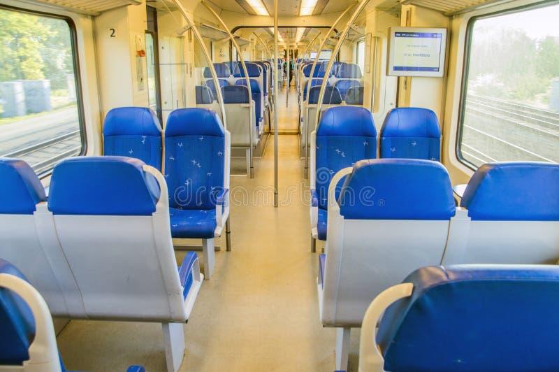 Dentro de um trem do NS em Hoofddorp os Países Baixos foto de stock
