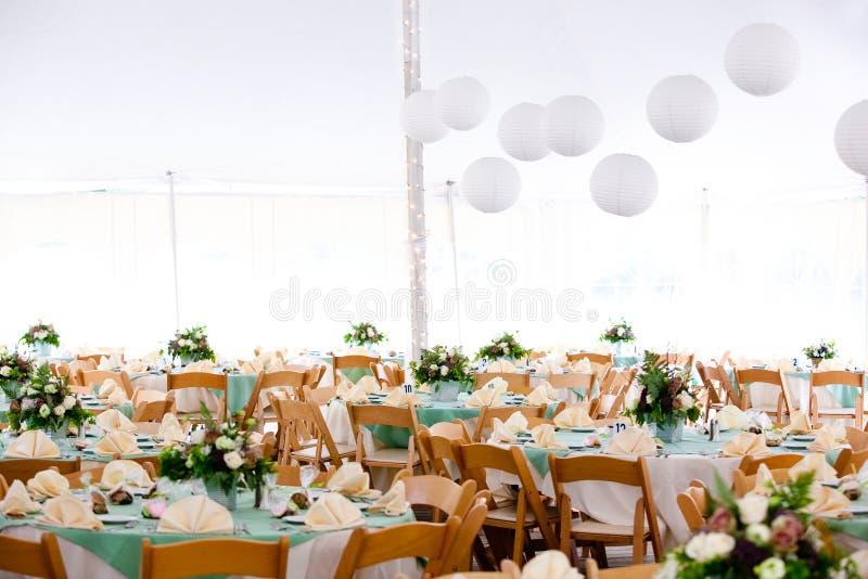 Dentro de uma barraca do casamento imagem de stock royalty free