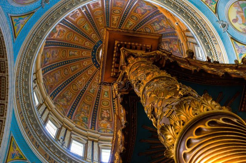 Dentro de uma basílica foto de stock