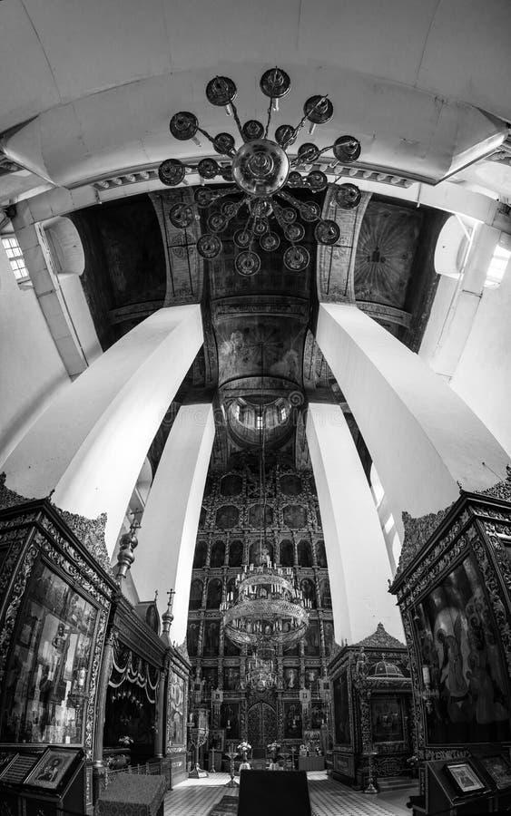 Dentro de uma catedral da trindade em Pskov, Rússia fotos de stock