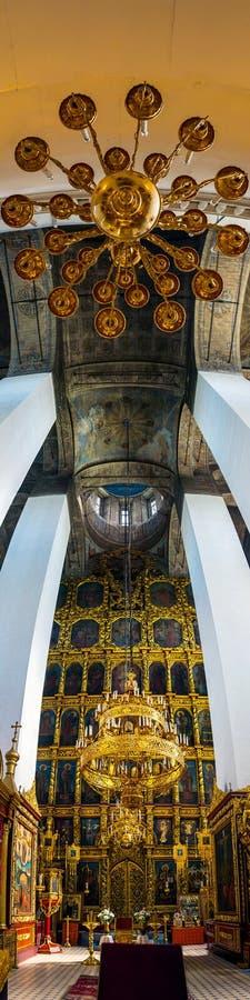 Dentro de uma catedral da trindade em Pskov, Rússia imagem de stock royalty free