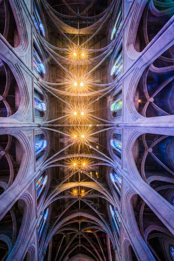 Dentro de uma catedral em San Francisco foto de stock