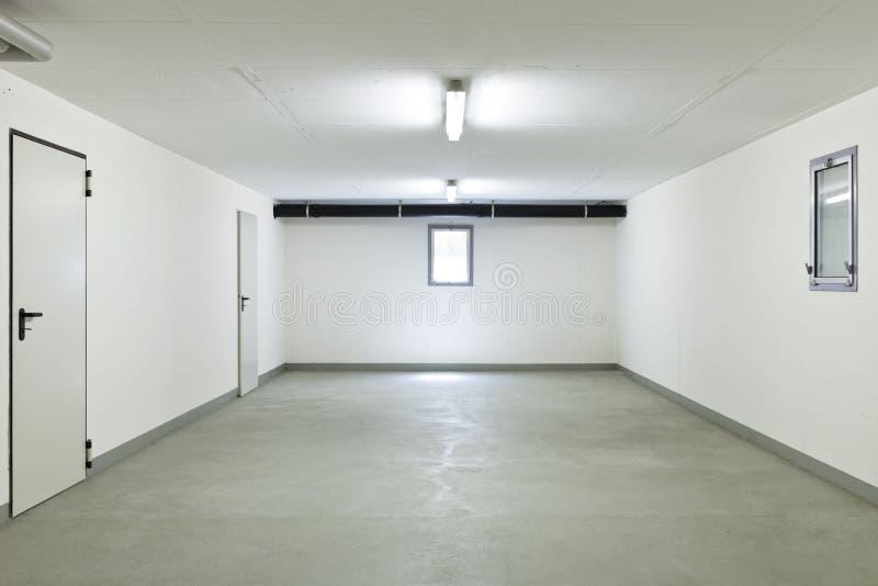 Dentro de uma garagem imagem de stock