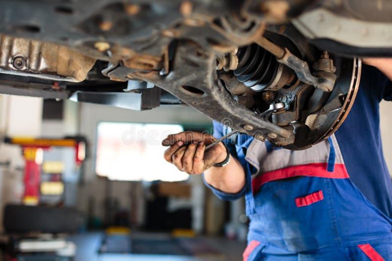 Dentro de uma garagem - rodas de mudança/pneus foto de stock royalty free