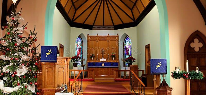 Dentro de uma igreja cristã tradicional durante o tempo do Natal imagens de stock royalty free