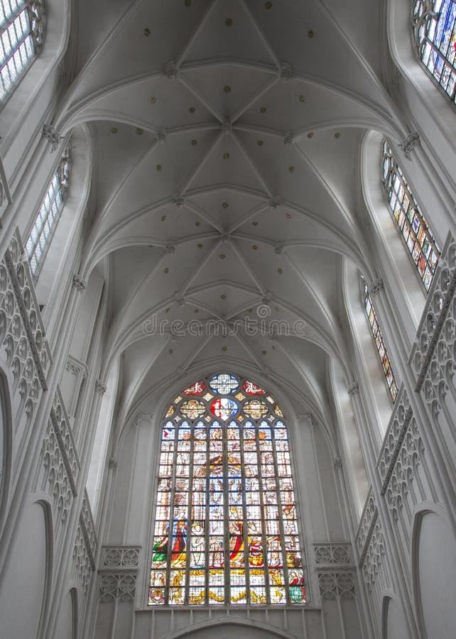 Dentro de uma igreja velha assustador fotos de stock royalty free