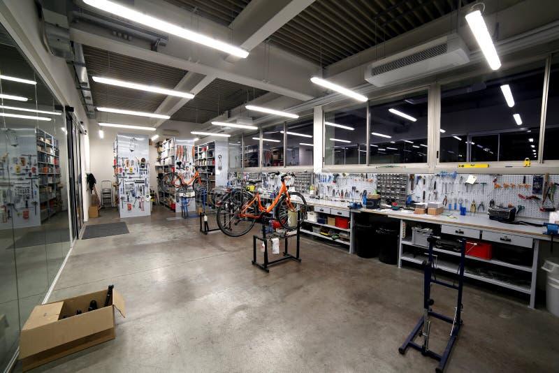 Dentro de uma oficina mecânica para a manutenção e ajustar-se imagens de stock royalty free