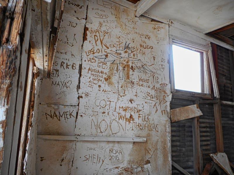Dentro de uma ruína velha da casa em uma sobremesa imagens de stock royalty free