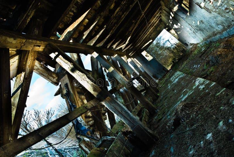 Dentro de un granero dilapidado imagenes de archivo