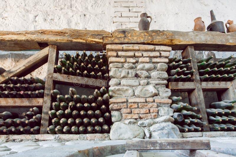 Dentro de una bodega con las botellas envejecidas del - Botelleros de madera rusticos ...