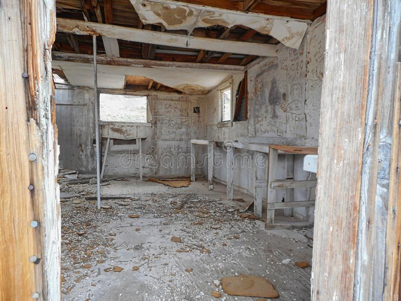 dentro de una casa vieja hecha de la madera foto de archivo