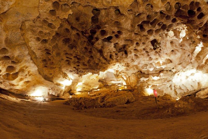 Dentro de una cueva de la piedra caliza imagenes de archivo