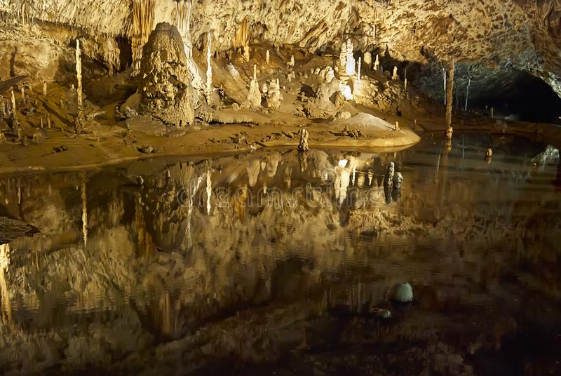 Dentro de una cueva grande de la piedra caliza con un lago subterráneo fotografía de archivo libre de regalías