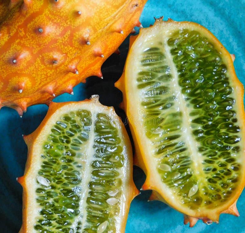 Dentro de una fruta del kiwano fotos de archivo