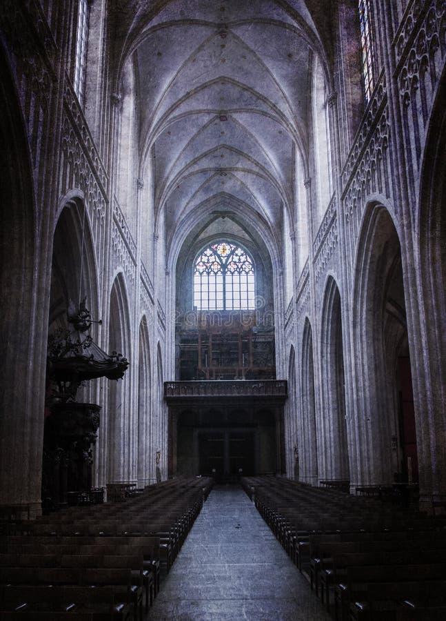 Dentro de una iglesia vieja espeluznante fotografía de archivo
