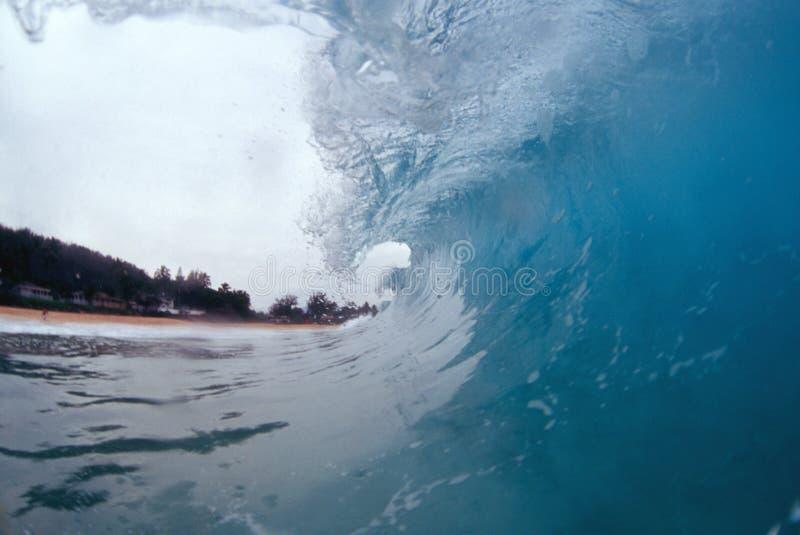 Dentro de una onda que se encrespa imagen de archivo