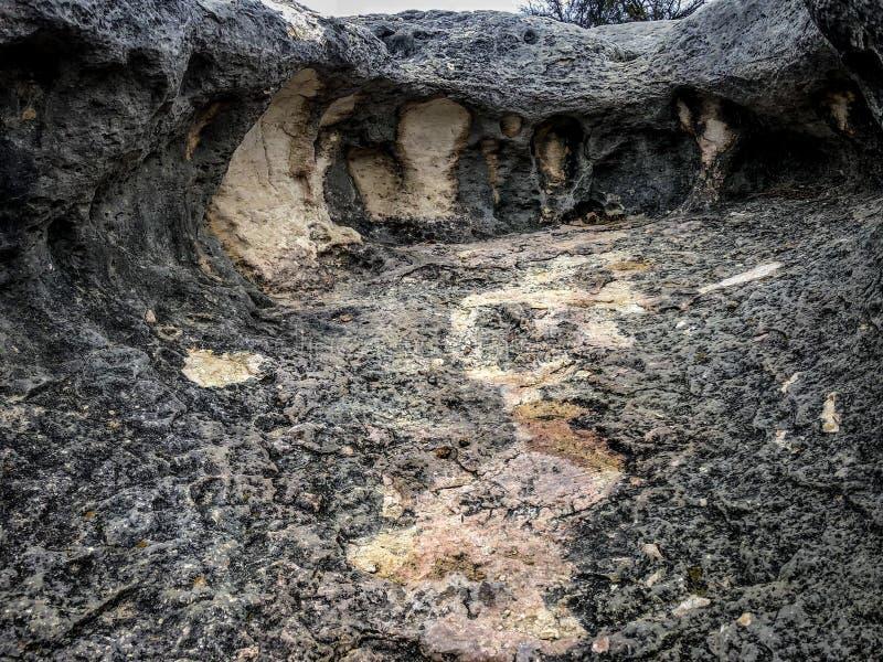 Dentro de una roca gigante imagenes de archivo