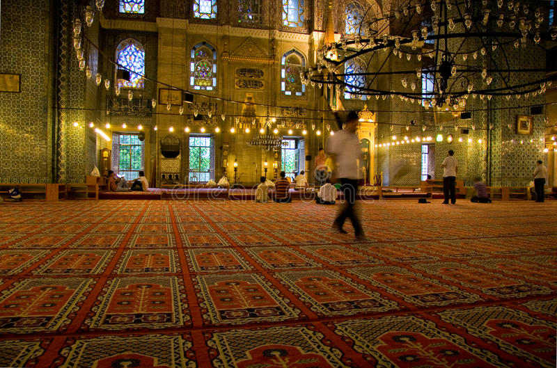 Dentro de Yeni Valide Camii imagens de stock royalty free