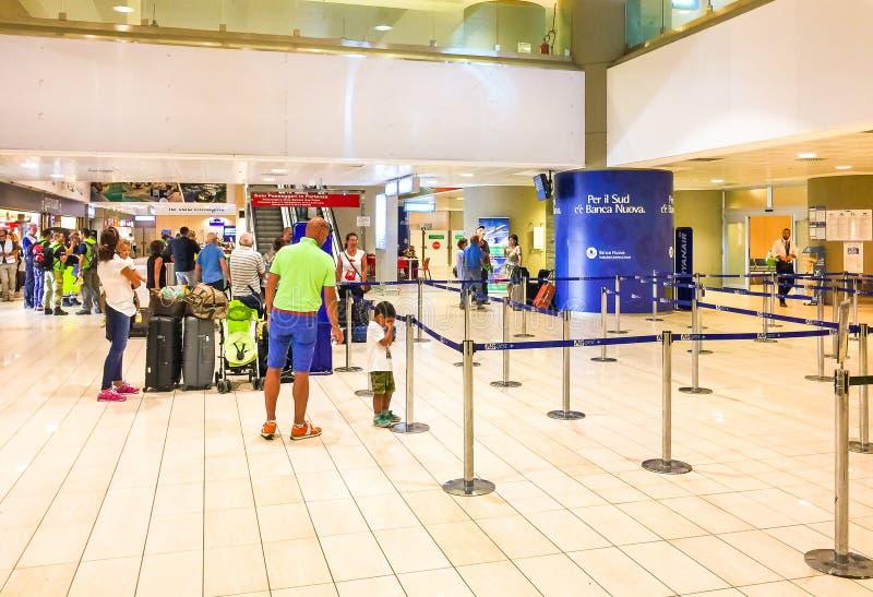 Dentro del aeropuerto de Trapan-Birgi con los pasajeros que esperan el enregistramiento fotos de archivo libres de regalías