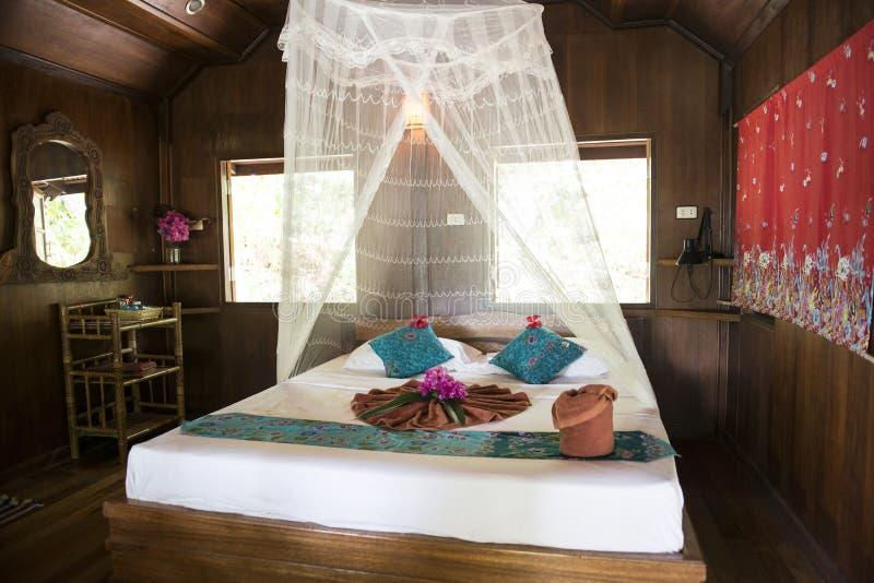 Dentro del bungalow o la casa di legno tailandese for La casa toscana tradizionale