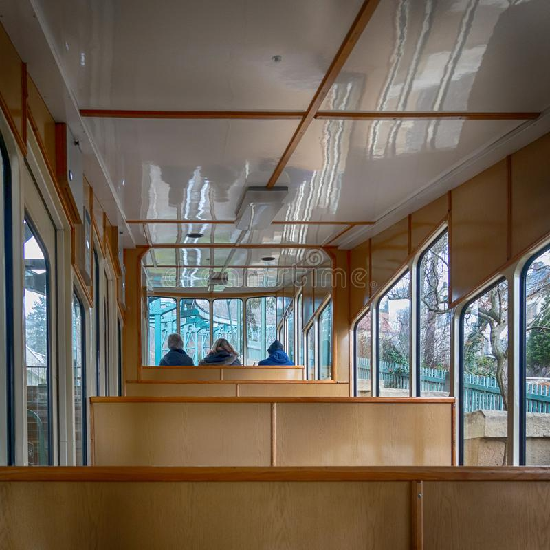 Dentro del carro del ferrocarril más viejo de la suspensión del mundo con los pasajeros en el área delantera del carro fotografía de archivo libre de regalías