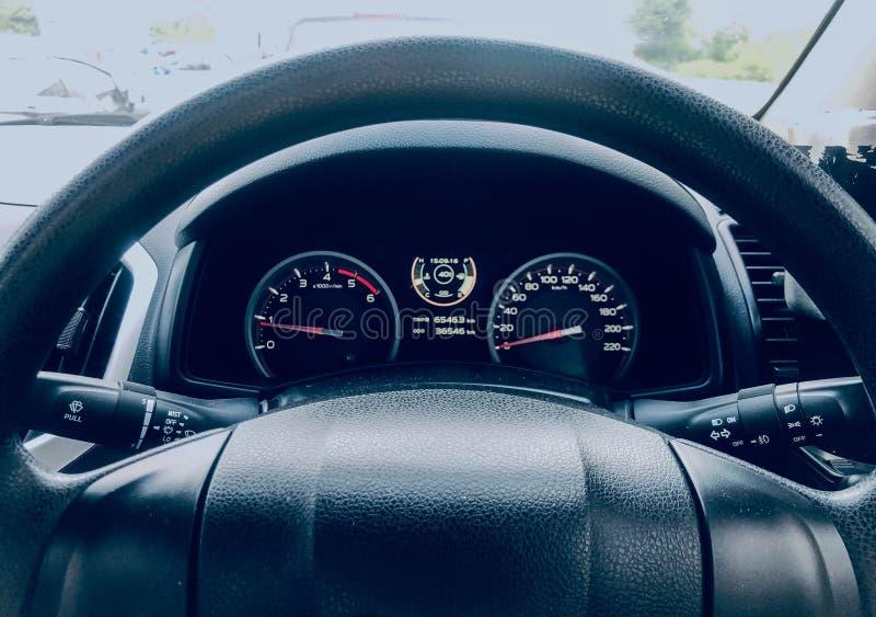 Dentro del coche que es el panel de control  imagenes de archivo