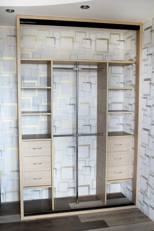 Dentro del guardarropa Guardarropa con las puertas deslizantes foto de archivo libre de regalías