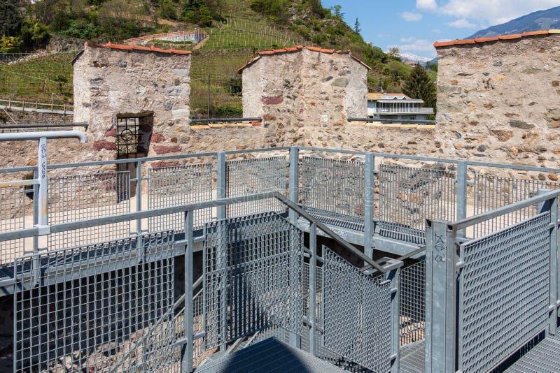 Dentro del panorama de la torre del polvo de Pulverturm del castillo viejo en Meran Provincia Bolzano, el Tyrol del sur, Italia fotos de archivo libres de regalías
