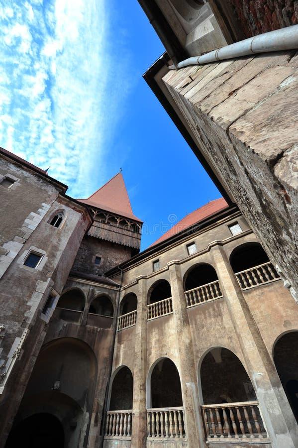 Dentro del patio del castillo de Hunedoara foto de archivo