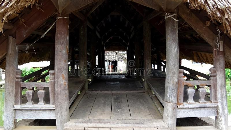 Dentro del puente de madera con un tejado de la hoja imagen de archivo libre de regalías