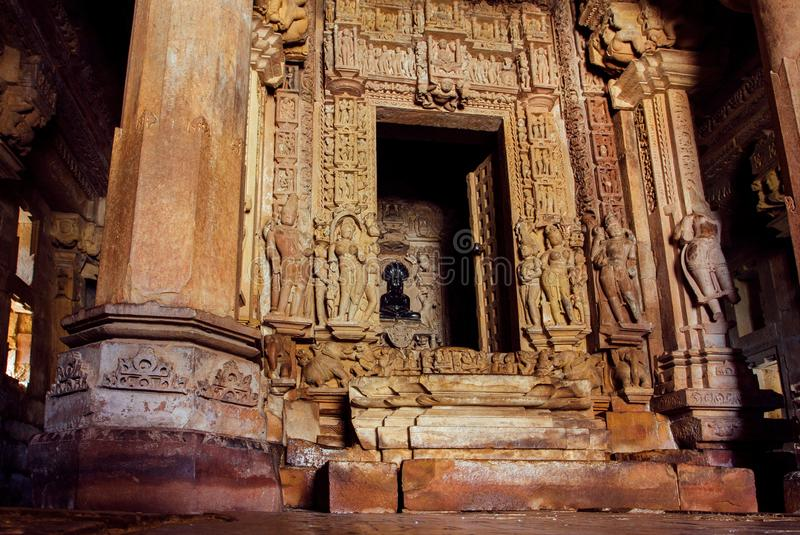 Dentro del templo de Shive en Khajuraho, la India Ilustraciones y altar con la figurilla de dios en el templo hindú del siglo X imagen de archivo libre de regalías