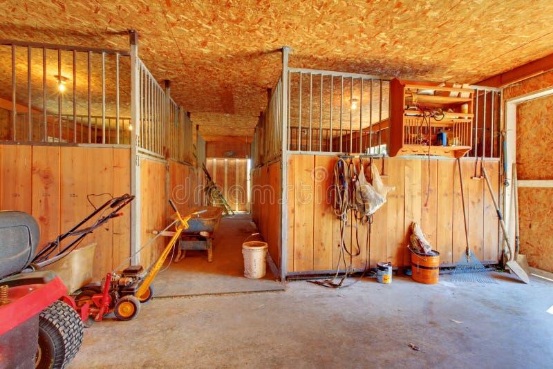 Dentro dell'azienda agricola del cavallo con le stalle. immagini stock libere da diritti
