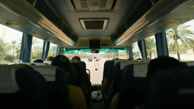 Dentro do ônibus de turista com passageiros Curso a Abu Dhabi fotos de stock