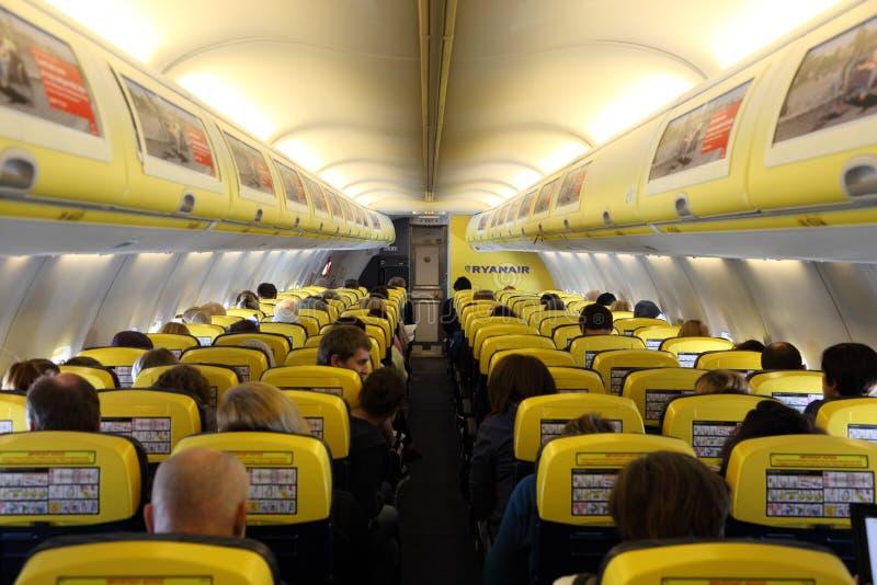 Dentro do avião de Ryanair fotografia de stock royalty free
