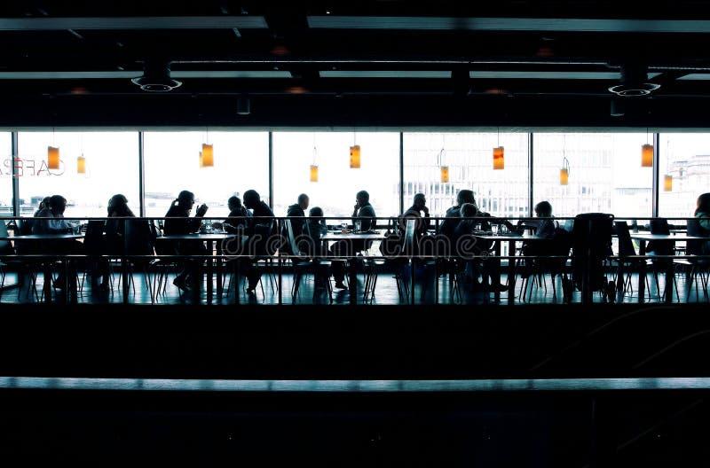 Dentro do café no dia brilhante fotos de stock