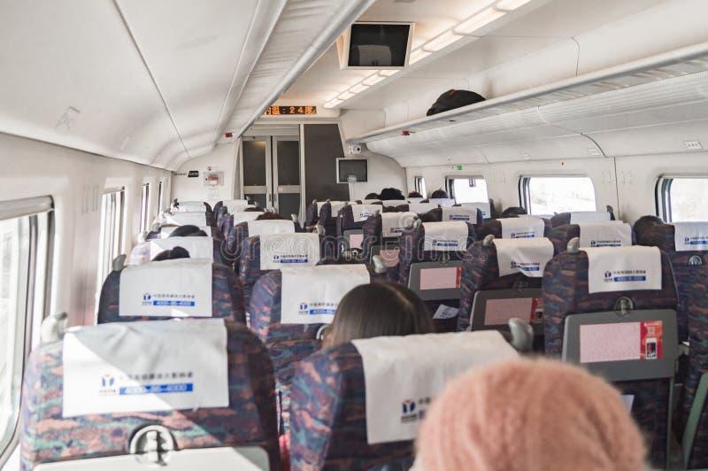 Dentro do carro de um trem de bala de alta velocidade de CRH foto de stock