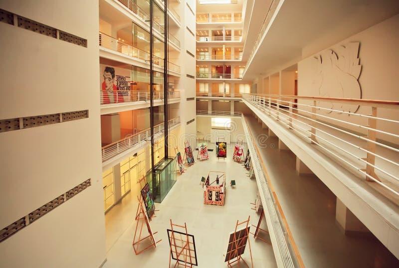 Dentro do espaço artístico enorme de Narodni Galerie com exposições da pintura imagens de stock royalty free